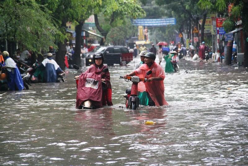 Mưa lớn, đường Sài Gòn lại ngập - ảnh 4