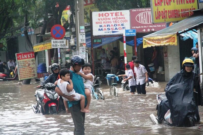 Mưa lớn, đường Sài Gòn lại ngập - ảnh 5