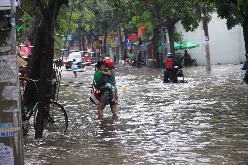 Mưa lớn, đường Sài Gòn lại ngập - ảnh 1