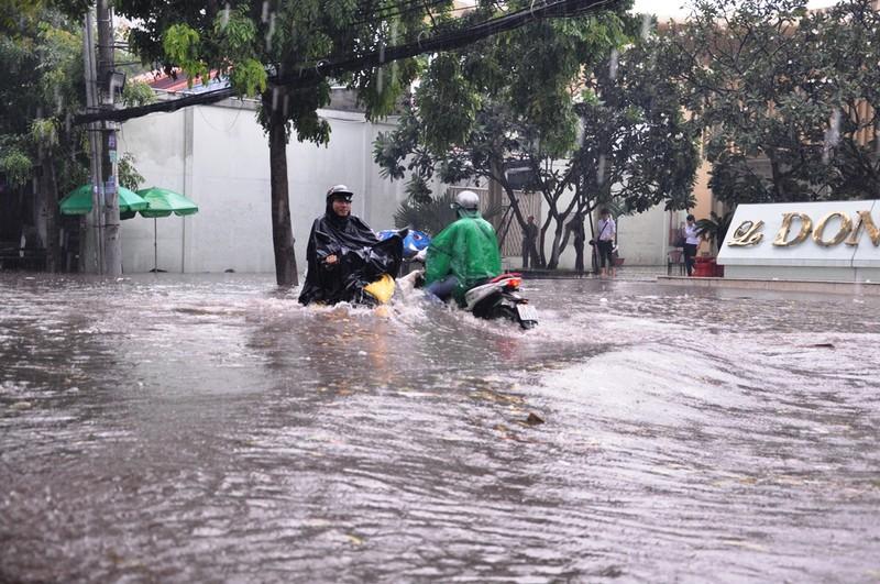 Mưa lớn, đường Sài Gòn lại ngập - ảnh 2