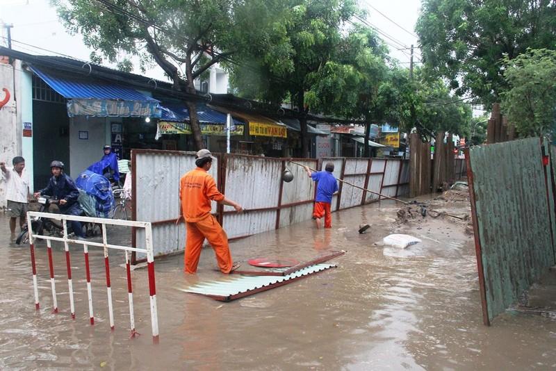 Mưa lớn, đường Sài Gòn lại ngập - ảnh 3