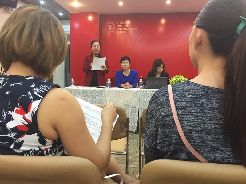 Bà Nguyễn Hoa Mai (người đứng), Hiệu trưởng Hệ thống trường Dân lập Quốc tế Việt Úc trao đổi với phụ huynh lớp 1/3