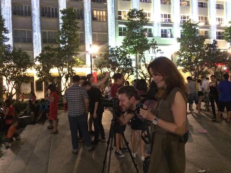 Hàng ngàn người đổ về phố đi bộ đón giao thừa - ảnh 13