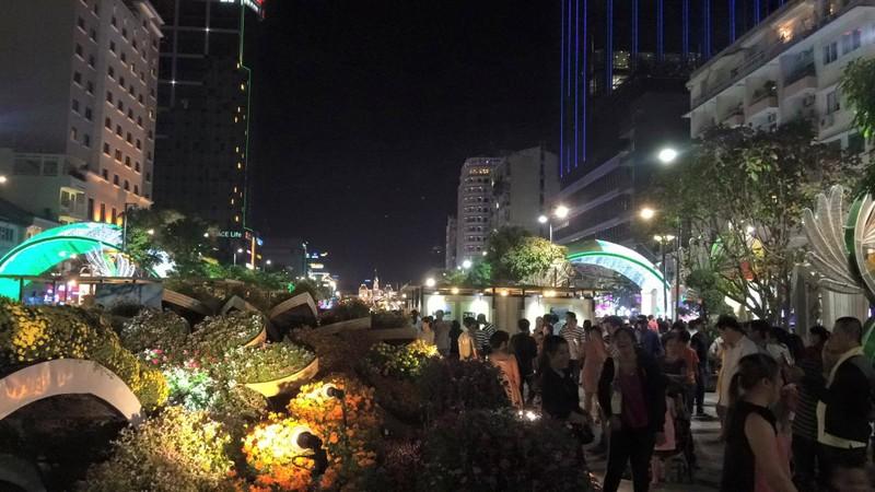 Hàng ngàn người đổ về phố đi bộ đón giao thừa - ảnh 1