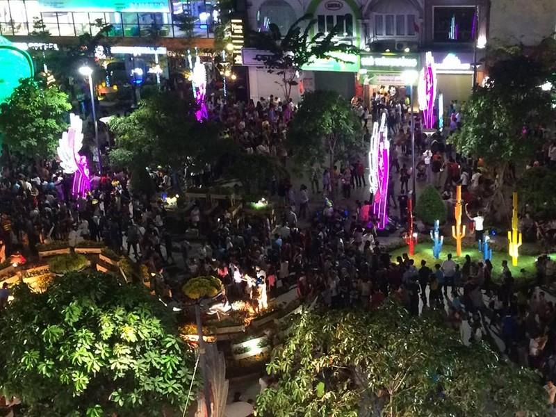 Hàng ngàn người đổ về phố đi bộ đón giao thừa - ảnh 2