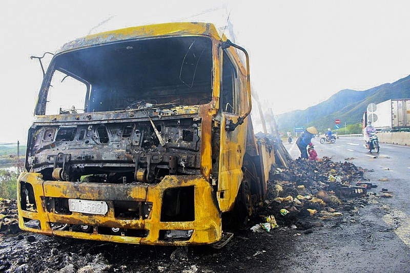 Chiếc xe tải cùng hơn 2.000 thùng mì tôm bị cháy rụi trong đêm - ảnh 1