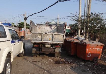 Bắt xe từ trung tâm giết mổ đổ rác 'chui'  - ảnh 1