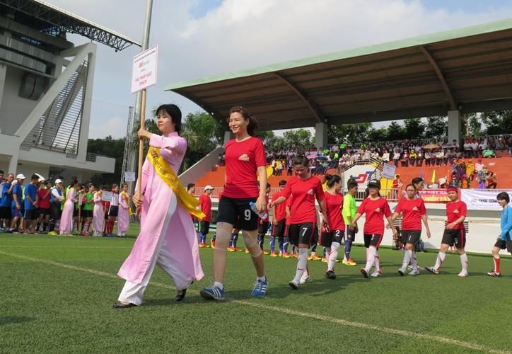 Vui nhộn giải bóng đá nữ công nhân viên chức - ảnh 1