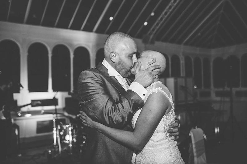 Cô dâu cạo đầu trong ngày cưới để động viên chồng ung thư - ảnh 11