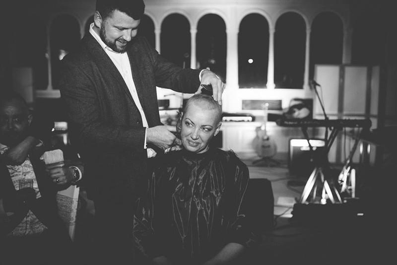 Cô dâu cạo đầu trong ngày cưới để động viên chồng ung thư - ảnh 8