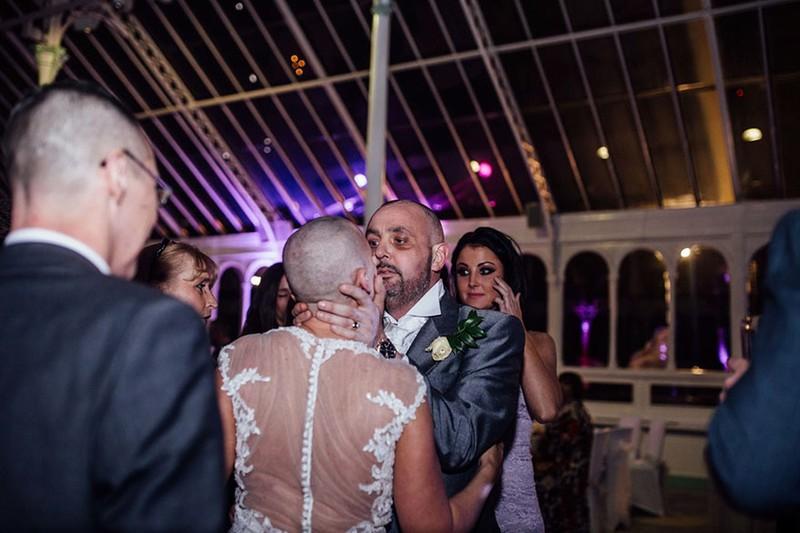 Cô dâu cạo đầu trong ngày cưới để động viên chồng ung thư - ảnh 9