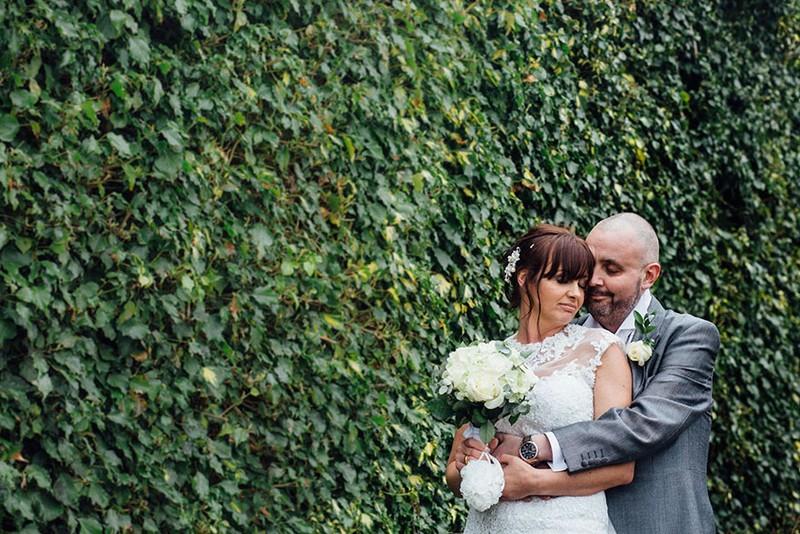 Cô dâu cạo đầu trong ngày cưới để động viên chồng ung thư - ảnh 1