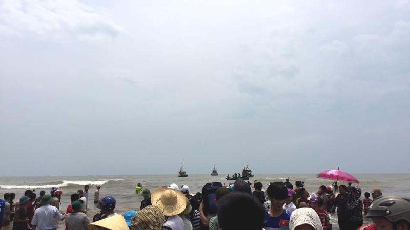 Cá voi 15 tấn đã được cứu, hàng ngàn người reo hò  - ảnh 2