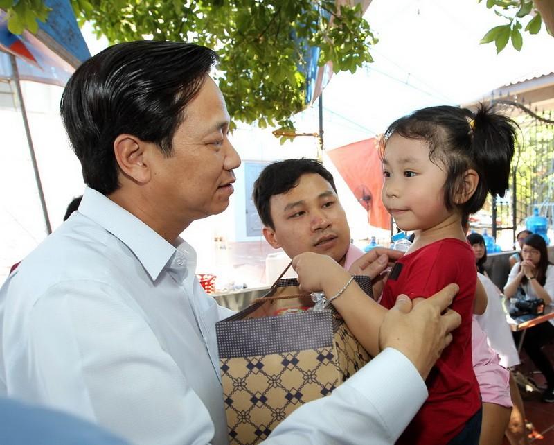 Ông Đào Ngọc Dung hỏi thăm con gái của Đại tá Khải