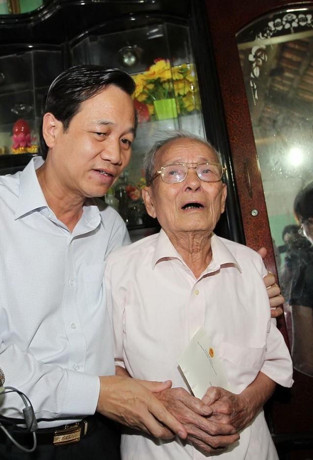 Ông Đào Ngọc Dung thăm hỏi cụ thân sinh Đại tá Trần Quang Khải.