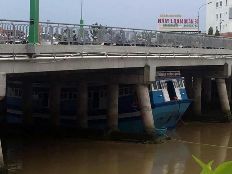 Con tàu bị kẹt cứng dưới gầm cầu Trần Hưng Đạo