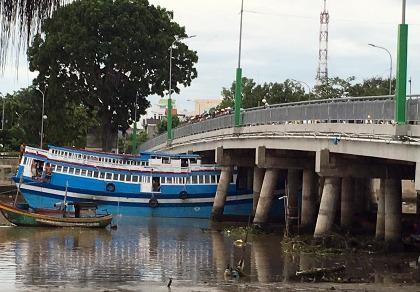 Tàu 8 tỉ mắc kẹt dưới gầm cầu Trần Hưng Đạo.