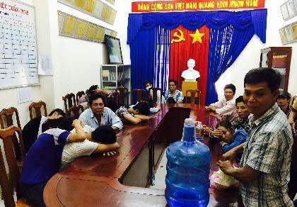 Nhóm người cá độ bóng đã tại quán cà phê Phương Thủy (ảnh CTV).