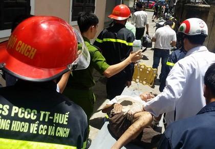 Lực lượng chức năng đến giải cứu đối tượng bị mắc kẹt dưới cống nước.