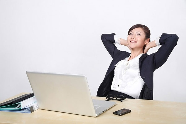 Tranh thủ thư giãn vào những thời điểm công việc ít căng thẳng.