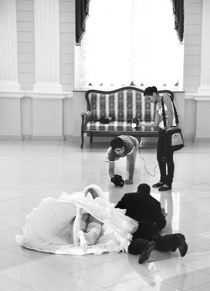 Chùm ảnh minh chứng chụp ảnh cưới là nghề khổ nhất năm - ảnh 4