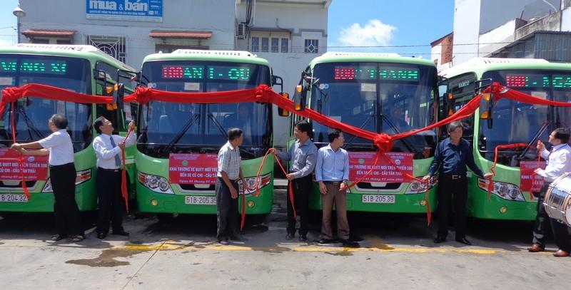 Các đại biểu kéo băng đưa 13 xe buýt mới vào chạy trên tuyến 100