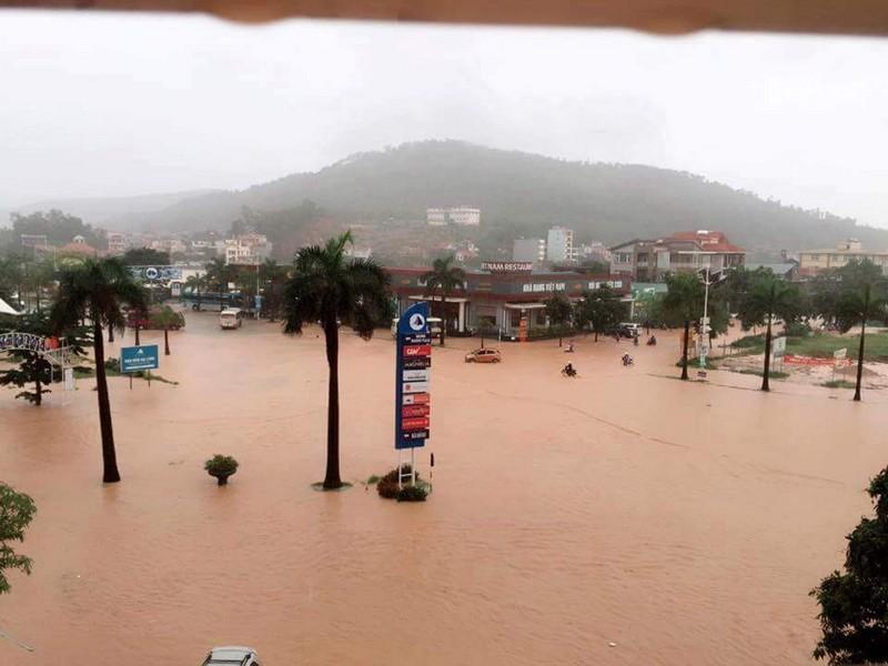 Tại TP Cẩm Phả, mưa lớn đã khiến ngập úng cục bộ, gây ách tắc giao thông cục bộ quốc lộ 18.