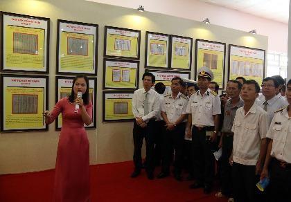 Tư liệu, văn bản trưng bày tại triển lãm khẳng định hai quần đảo Hoàng Sa và Trường Sa là của Việt Nam.