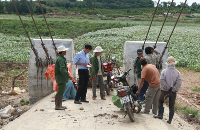 Chùm ảnh: Cầu xây xong, đường đi chẳng thấy - ảnh 7