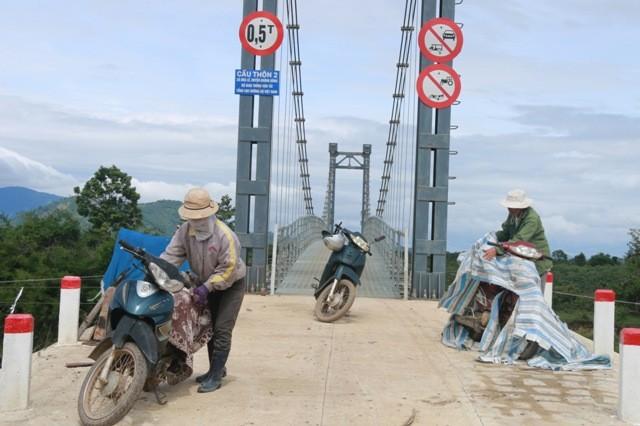 Người dân phải để phương tiện một bên cầu sau đó đi bộ lên rẫy canh tác.