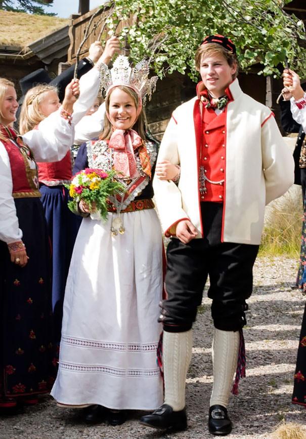 Những trang phục cưới truyền thống kỳ lạ trên thế giới - ảnh 8