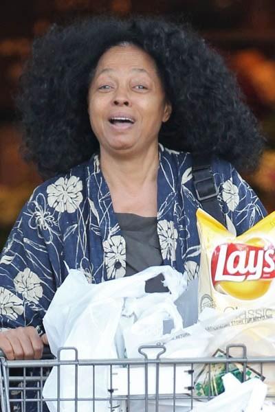 Diana Ross trông chẳng khác gì các bà nội trợ bình thường khi đi siêu thị. 2