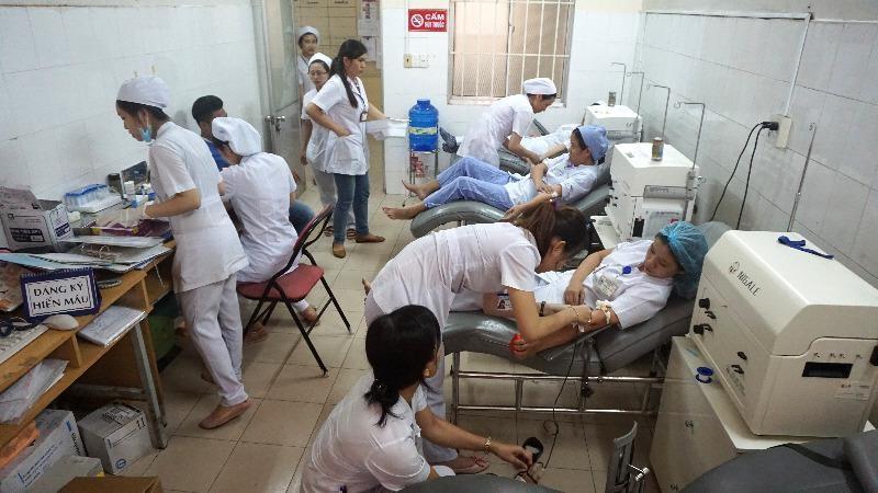 Các nhân viên y tế BV Khánh Hòa, hiến máu cứu người bệnh.