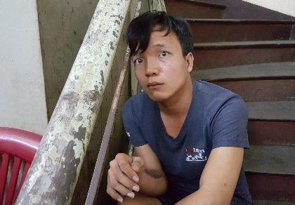 Đối tượng Nguyễn Hoàng Vũ dọa cắn những người có mặt tại trụ sở công an phường 12, quận Bình Thạnh.