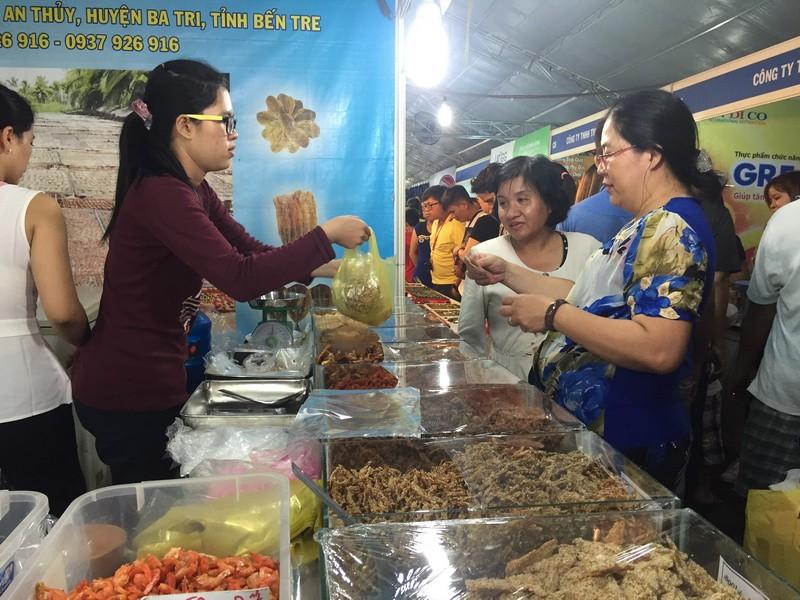 Đặc sản cá khô thu hút khách mua sắm tại hội chợ.