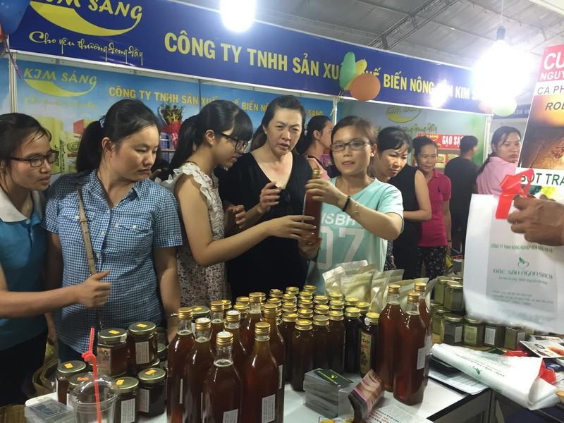 Nhiều khách chọn mua mật ong rừng đặc sản Tây Nguyên.