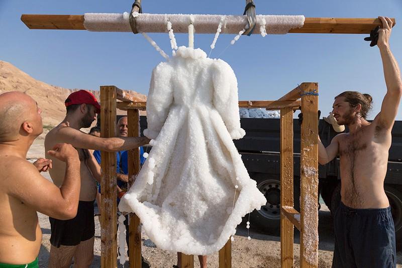 Điều gì xảy ra khi nhúng chiếc đầm xuống biển Chết trong 2 năm - ảnh 6