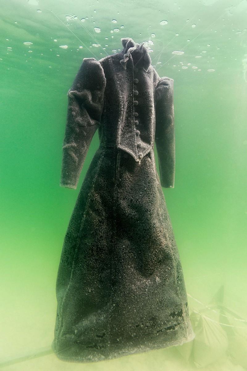 Điều gì xảy ra khi nhúng chiếc đầm xuống biển Chết trong 2 năm - ảnh 3