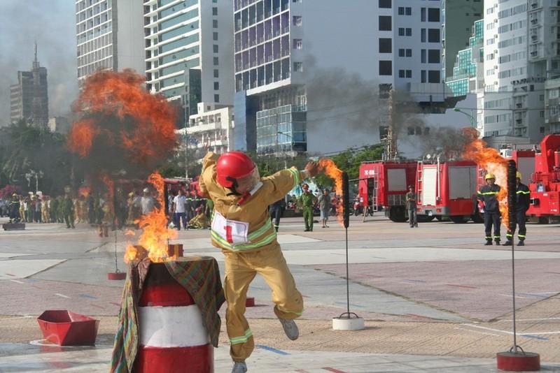 Hào hứng hội thao chữa cháy cứu người - ảnh 1