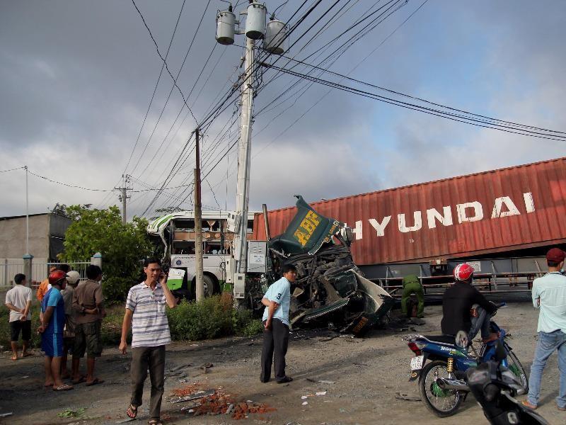 Xe khách va chạm container, 17 người thương vong - ảnh 2