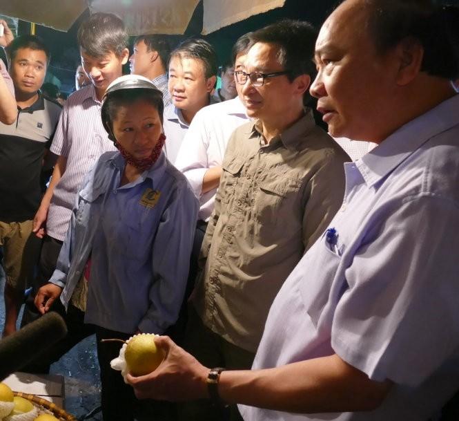 Thủ tướng bất ngờ đến chợ Long Biên lúc tờ mờ sáng