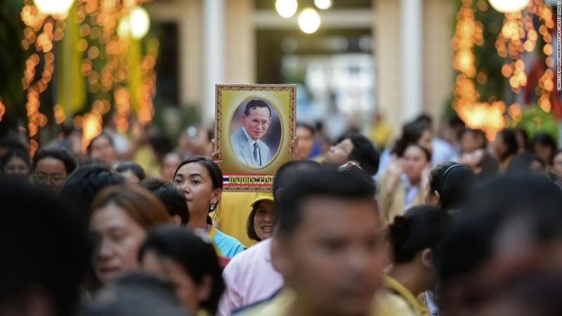 Cuộc đời vua Thái Lan qua hình ảnh - ảnh 14