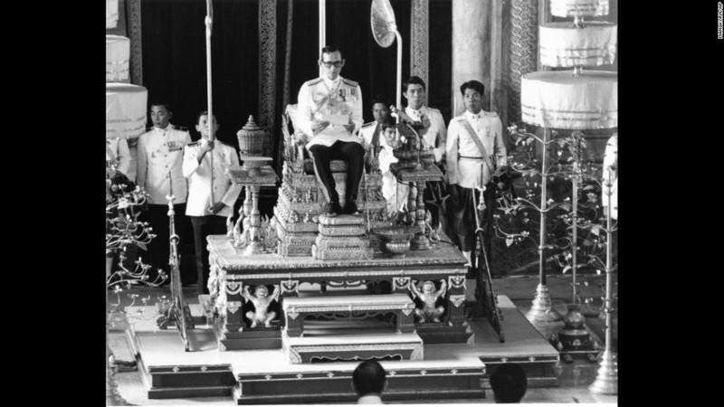 Cuộc đời vua Thái Lan qua hình ảnh - ảnh 8