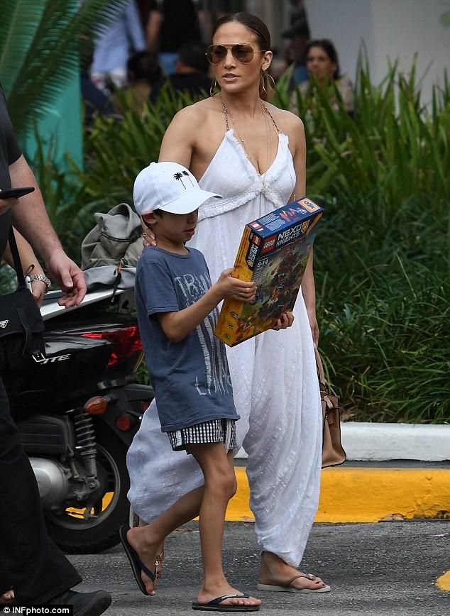 Jennifer Lopez quyến rũ với jumpsuit trắng trên phố  - ảnh 2