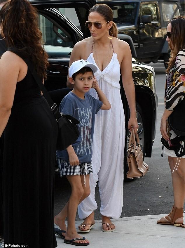Jennifer Lopez quyến rũ với jumpsuit trắng trên phố  - ảnh 4