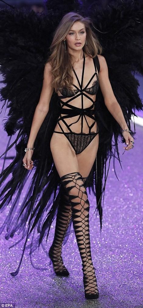Thiên thần Victoria's Secret tụt dây, xém 'gãy cánh' - ảnh 2