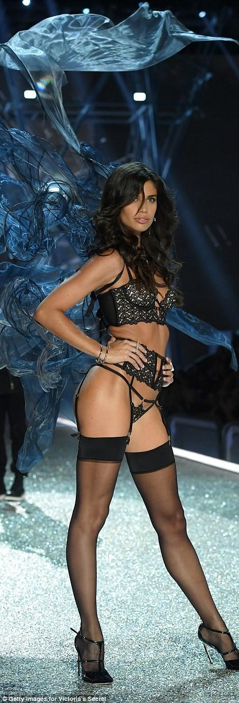 Bỏng mắt với bộ nội y đẹp nhất show Victoria's Secret - ảnh 10