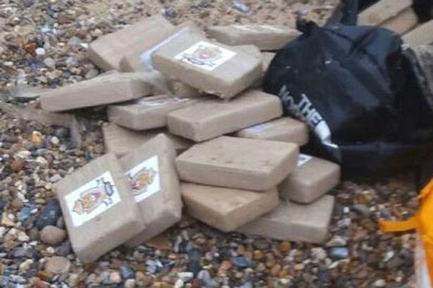 Tìm thấy 360 kg ma túy trôi dạt trên bờ biển  - ảnh 2