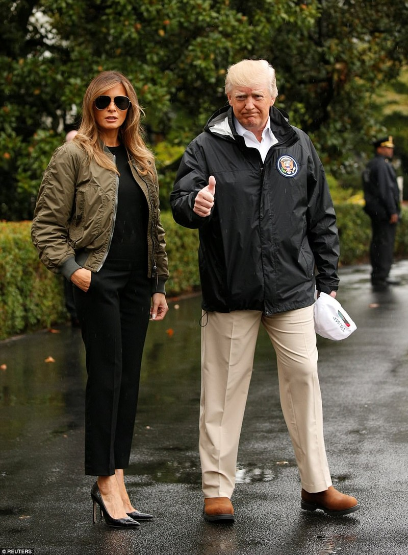 Đi giày cao gót đến vùng lũ, bà Trump gây bão dư luận - ảnh 1