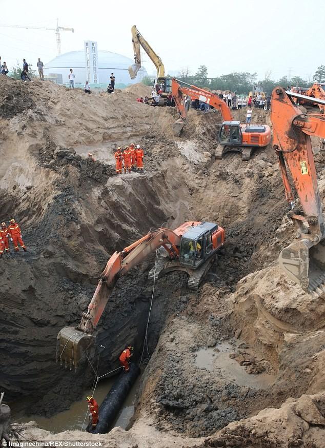 Hơn 10 xe cẩu giải cứu em bé kẹt dưới giếng sâu 45 m  - ảnh 2